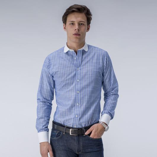 Stripete dresskjorte i blått og hvitt.