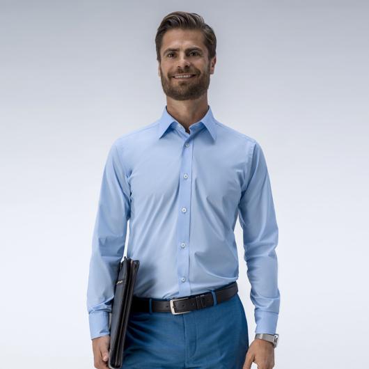 Hellblaues Hemd aus einem Stretchstoff