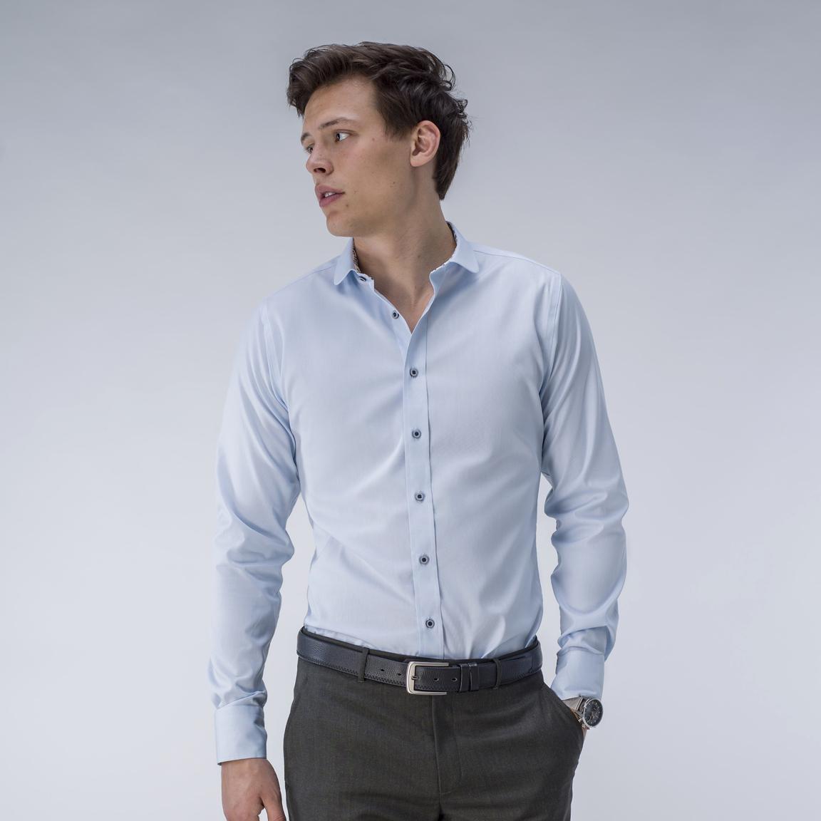 Ljusblå oxfordskjorta med blå knappar