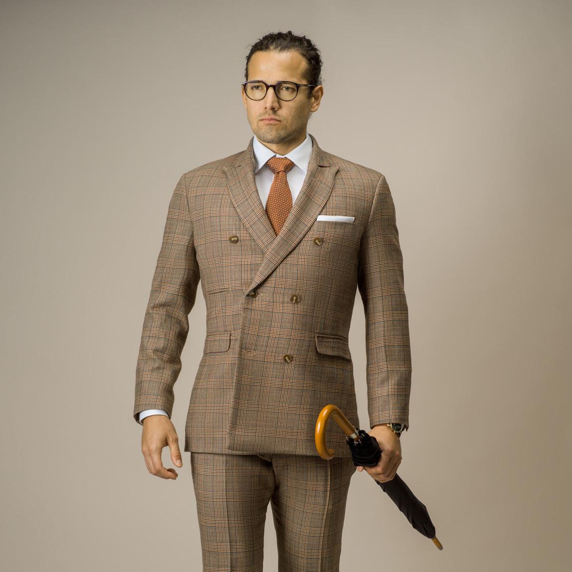 Tredelad dubbelknäppt kostym i ljusbrun glencheck